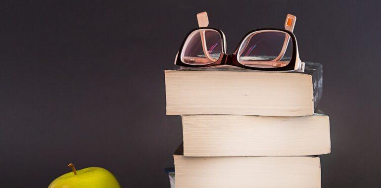 Glasses Book Apple Fruit  - sammy1990 / Pixabay
